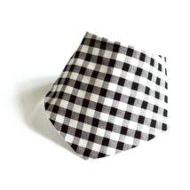 Fekete-fehér kockás nyálkendő